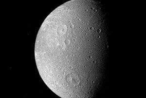 Záber na mesiac Dione vznikol 12. novembra 1980. Meno dostal po matke bohyne Afrodity. Povrch je posiaty mnohými krátermi, najväčší z nich, Amata, má priemer takmer 240 kilometrov. Záber ukazuje dva veľké krátery, Dido a Aeneas.