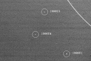 18. januára 1986 objavila sonda Voyager 2 tri mesiace planéty Urán, 1986U1, 1986U3 a 1986U4,