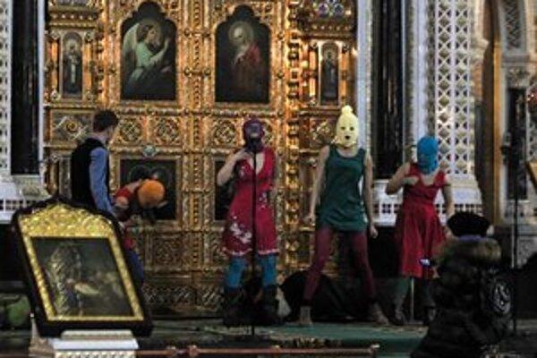 Pussy Riot spievajú v moskovskom Chráme Krista Spasiteľa pankovú modlitbu.