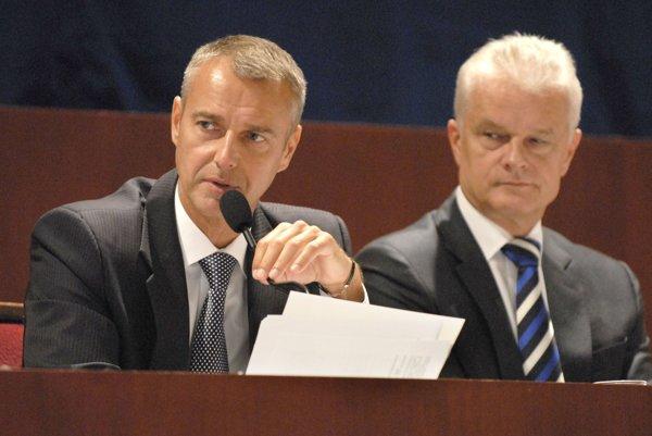 Ján Jakubov (vpravo). Námestníkom primátora Rašiho bol do konca roka 2014.