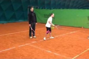 Dieťaťu môže vo vývoji rovnováhy pomôcť aj zaradenie na tenis.