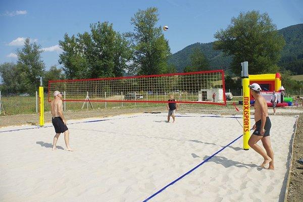 Nedávno pribudlo aj ihrisko na plážový volejbal. ďalší rozvoj loklaity závisí aj od zmeny územného plánu.