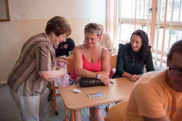 Triedna učiteľka Mária Križanová (vľavo) rozdala svojim bývalým žiakom malé darčeky.