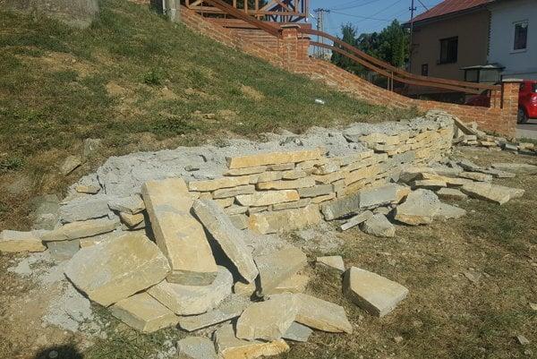 Zdemolovaný múr. Obec ho dá opraviť.