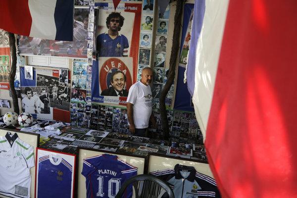Philippos Stavrou Platini obklopený svojou zbierkou.