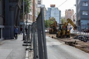 Býva tam aj štátny tajomník ministerstva dopravy Viktor Stromček. Tvrdí, že vplyv na zrušenie stavebného rozhodnutia nemal.