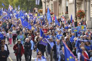 Ľudia v uliciach Londýna protestovali proti brexitu.