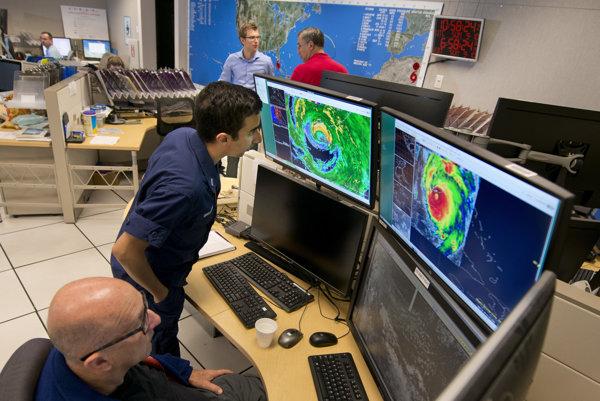 Ľudia sledujú na obrazovke radarové a infračervené satelitné snímky zobrazujúce oko hurikánu Irma prekračujúce dolnú časť súostrovia Florida Keys.