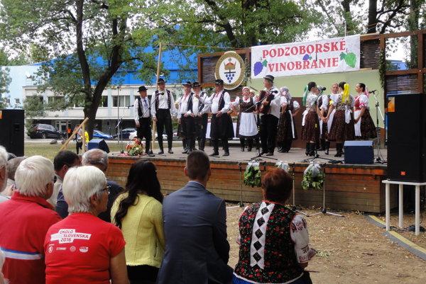 Podzoborské vinobranie 2017 v mestskom parku - na pódiu vystúpili folklórne súbory.