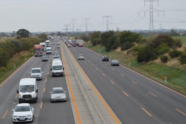 Nehoda na D1 komplikuje dopravu hlavne smerom do Senca.