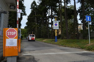 Cesty v areáli nemocnice. Schválením dopravného projektu sa stali rovnocennými s komunikáciami inde v meste, takže vodiči môžu parkovať len na vyhradených parkoviskách.