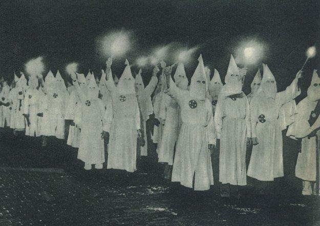 Členovia amerického Ku-Klux-Klanu v 30. rokoch 20. storočia.