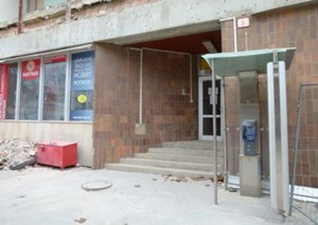 Telefónna búdka pred bočným vchodom do Diturie bola funkčná do rekonštrukcie objektu.