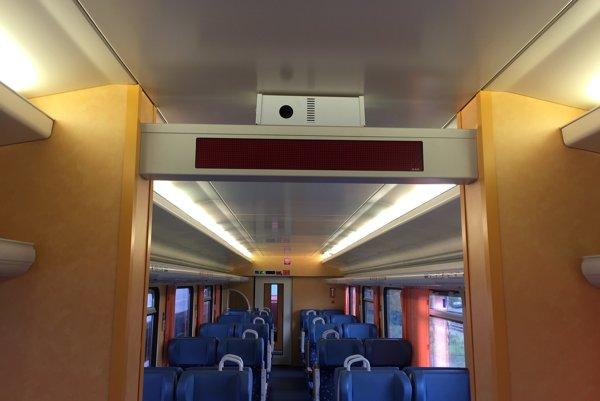 Aromatizátor vo vagóne.Náplň obsahuje aromatizovanú vatu, z ktorej sa zahrievaním uvoľňuje voňavý suchý vzduch.