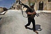 Povstalecký vojak neďaleko mesta Idlib.