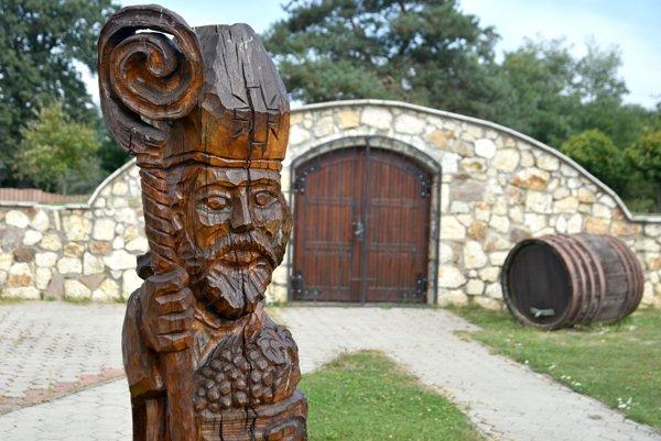 Drevená socha Sv. Urbana pred obecnou pivnicou v Čerhove.