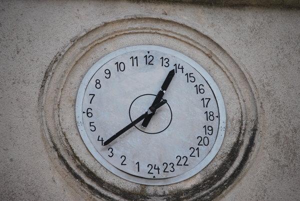 24-hodinový ciferník na hodinách na zvonici vHrušovom.