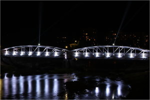 Vysvietený historický Valaškovský most.