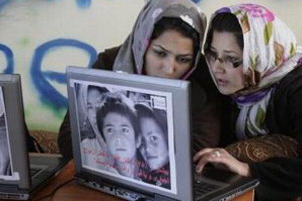 Afganské ženy surfujú v internetovej kaviarni pre ženy v Kábule.