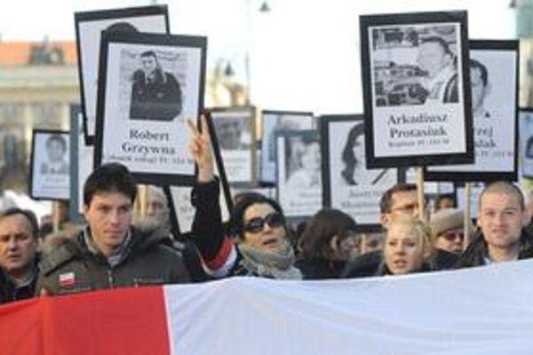 Počas druhého výročia tragédie protestovali Poliaci vo viacerých mestách.