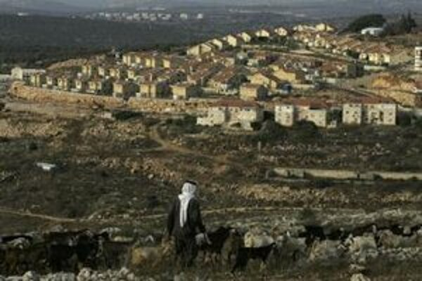 Palestínsky pastier pasie svoje stádo nad židovskou osadou na západnom brehu Jordánu.