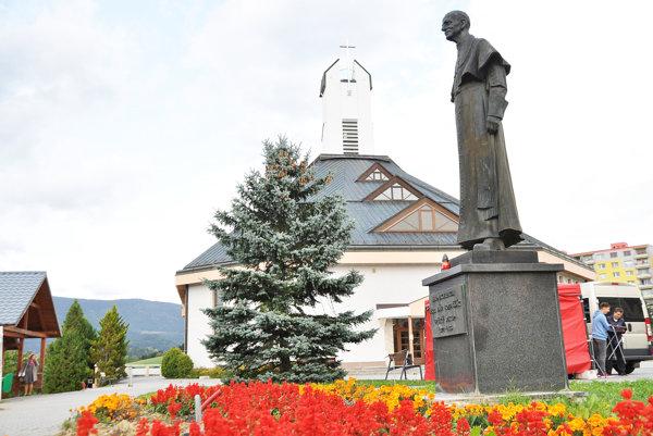 Kostol Povýšenia sv. Kríža stojí na Vojtaššákovom námestí.