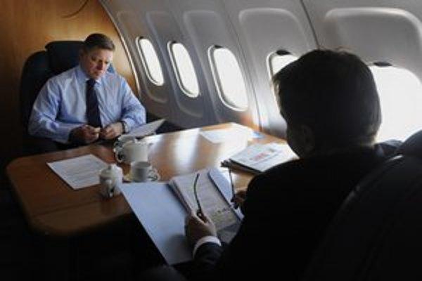Robert Fico (vľavo) na ceste do Bruselu. Na snímke vpravo minister financií Peter Kažimír.