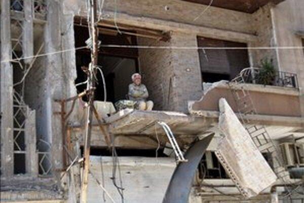 Zničené obytné domy na predmestí Homsu.