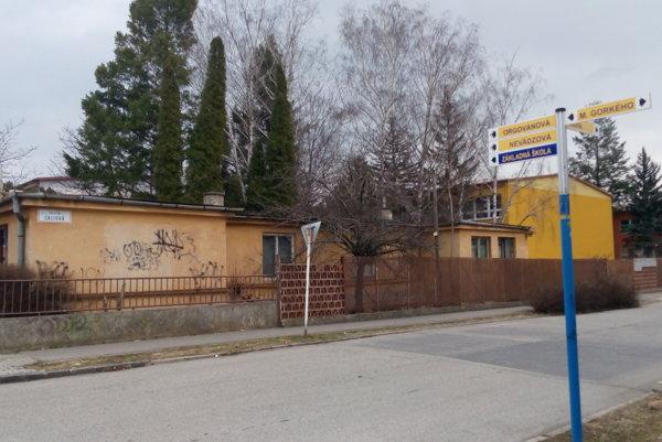 Gorkého ZŠ. Na tomto mieste by sa mala už onedlho rozbehnúť výstavba dvojpodlažnej škôlky.