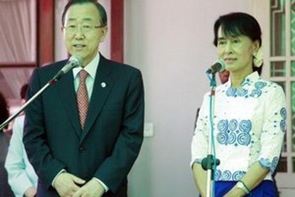 Pan Ki-mun a Su Ťij na tlačovej konferencii.