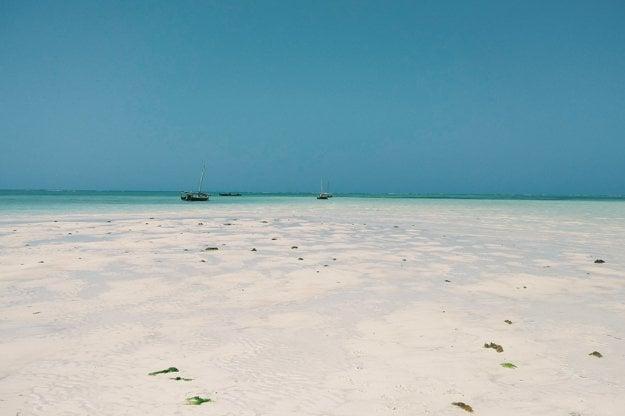 Pláže Zanzibaru sa zdajú takmer nekonečné.