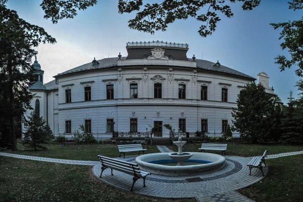 Park pri historickom kaštieli Majláthovcov je v stredu miestom stretnutia študentov z desiatok stredných škôl z Košického kraja.