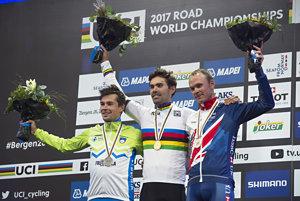 Zľava strieborný Primož Roglič, zlatý Tom Dumoulin a bronzový Christopher Froome.