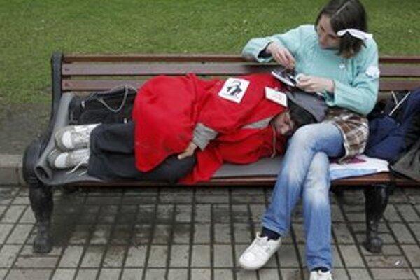 Demonštranti spávali aj na lavičkách.