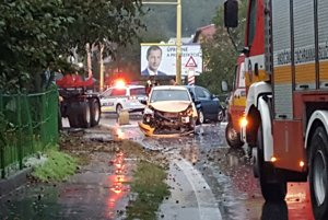 Nehoda na Sabinovskej ulici, dôležitú dopravnú tepnu Pešova polícia uzavrela.