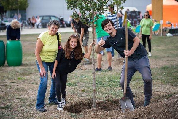 Spoločné sadenie stromčekov do filantropickej aleje.