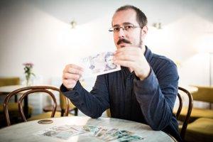 Slovák vyrába vymyslené bankovky. Fidel Castro mu predpovedal skvelú budúcnosť