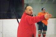 Staronový tréner Ladislav Lubina bude opäť rozdávať svoje rady novozámockým hokejistom.