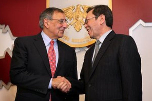 Panetta prišiel do Kirgizska diskutovať o predĺžení americkej prítomnosti na základni Manas.