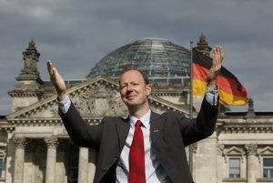 Recesista Martin Sonneborn sa už do Európskeho parlamentu dostal.
