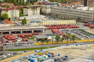 Pohľad na Autobusovú stanicu Mlynské nivy 12. apríla 2017, vpravo budova bývalej Cvernovky.