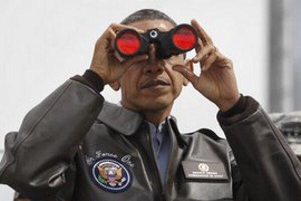 Obama ďalekohľadom sleduje komunistickú hranicu.