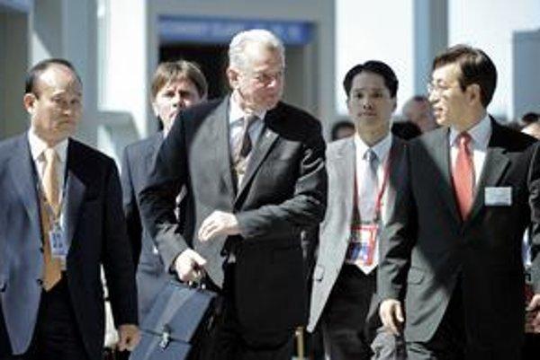 Maďarský prezident Pál Schmitt (v strede) sa o rozhodnutí dozvedel na  jadrovom summite v Soule.