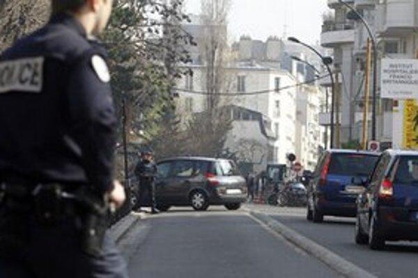 Hliadkujúci policajti si nič nevšimli.