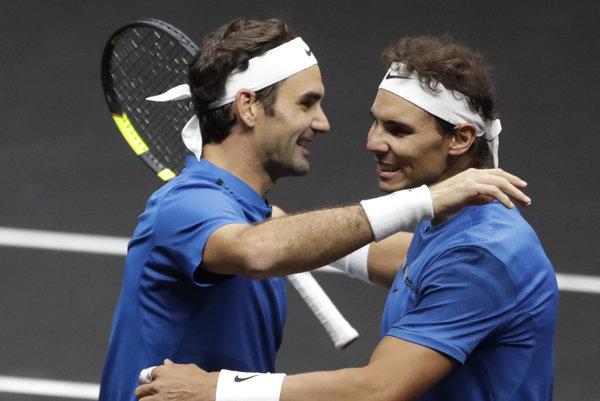 Roger Federer (vľavo) sa raduje s Rafaelom Nadalom z víťazstva.
