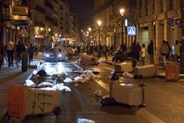 Demonštranti v Madride sa snažia zablokovať ulicu.