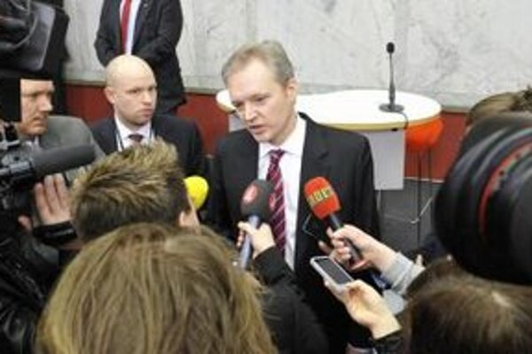 Švédsky minister obrany  Sten Tolgfors odpovedá na otázky reportérov.