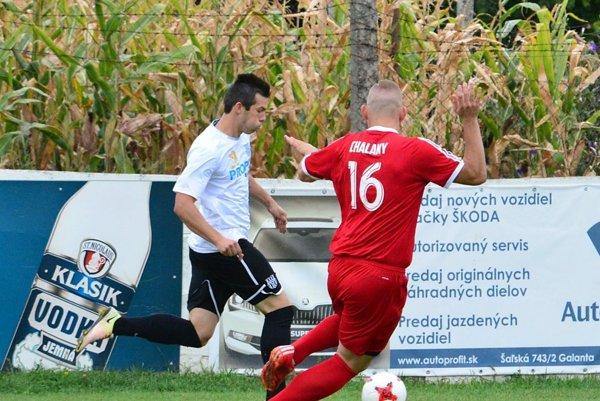 Patrik Brath (v bielom) prispel dvoma gólmi k výhre Šurian nad Tovarníkmi. Šurany ešte neprehrali.
