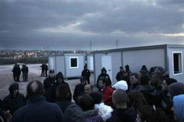 Polícia stráži miesto výstavby  rómskej osady pred demonštrantami v jednej zo štvrtí na predmestí Belehradu.