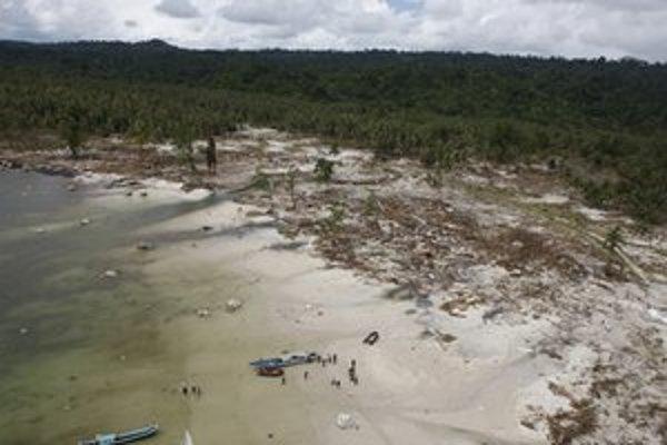 Takto zničilo cunami v roku 2010 indonézsky ostrov Pagai.